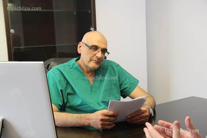 Доктор Герман Гандельман проводит диагностику по лечению гипертонии